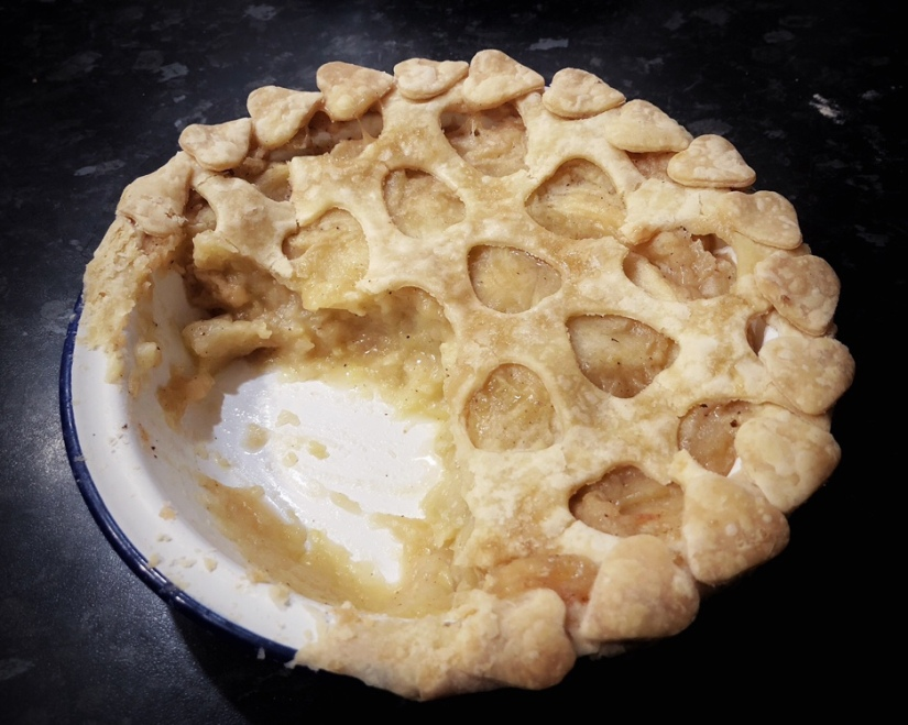 Baked heart pattern apple pie